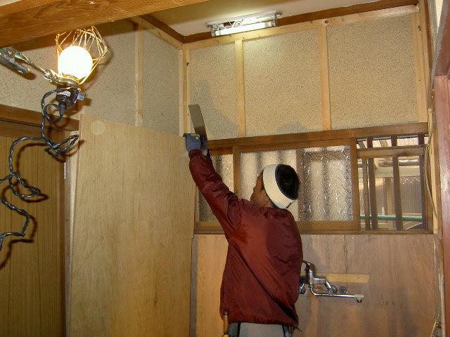 壁、天井に合板貼り